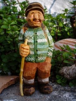 Mann med stokk og grønn genser