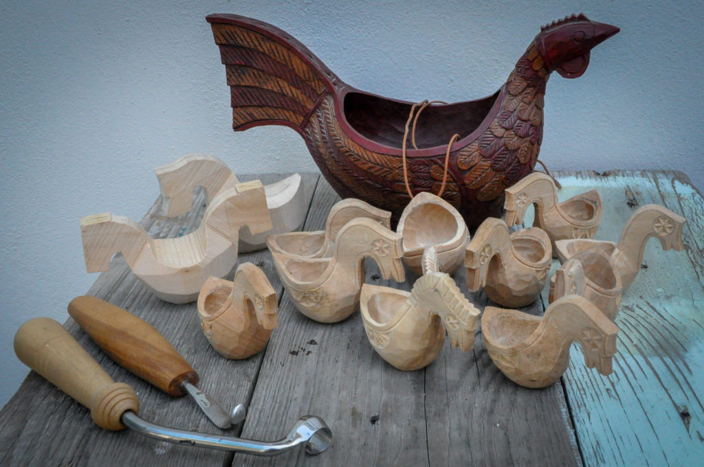 Ølhøne, (-er) og kjenge, (-er) under arbeid. Ølhøne, kjenge, lind, svartor, spikke, kniv. Arbeid av Arvid Renton.